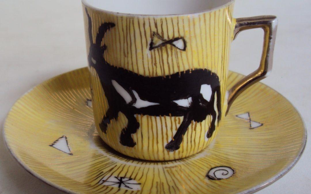 LO 216 – Xícara de cafezinho amarela pintada à mão com vaca e linhas douradas