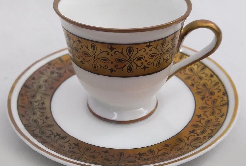 LO 229 –  Xícara de cafezinho antiga em porcelana Mauá com faixa dourada em ouro velho com arabescos