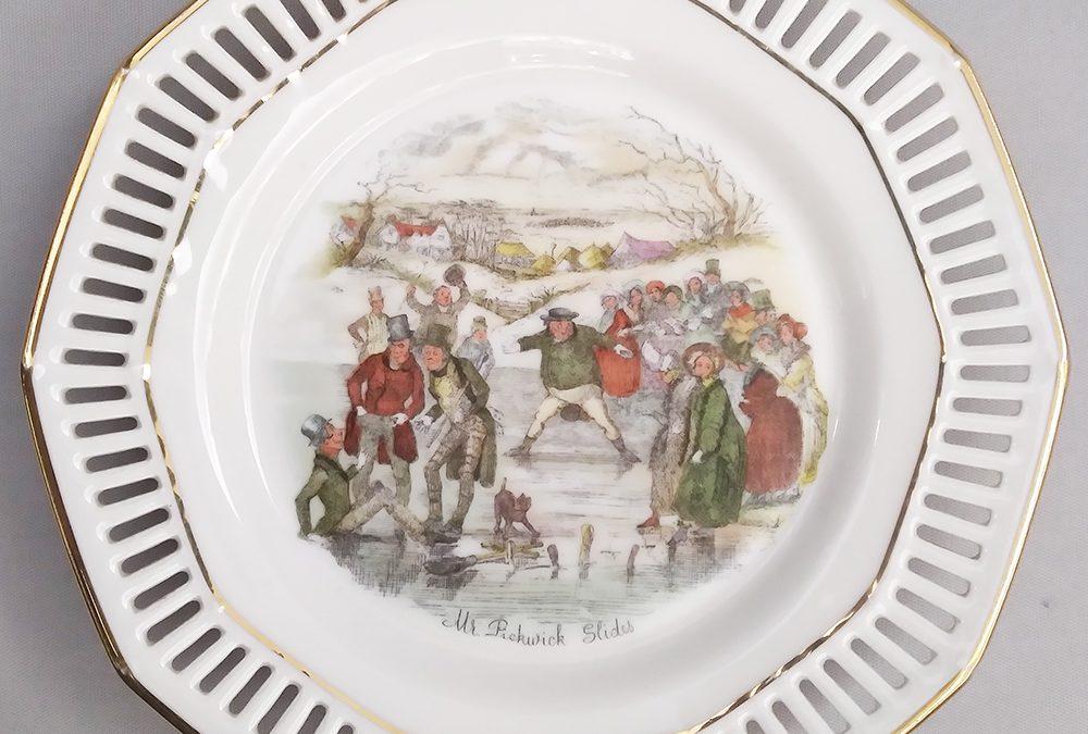 """LO 229 – Prato decorativo porcelana alemã da Bavária com cena de """"As Aventuras do Sr. Pickwick"""" – borda rendada ou vazada"""