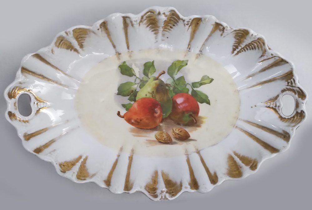 LO 231 – Cesta, fruteira ou centro de mesa antigo em porcelana decorada com frutas e borda dourada