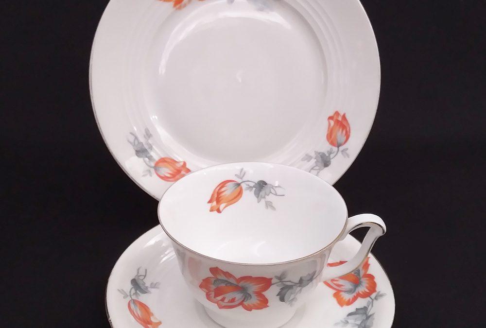 LO 237 – Trio: xícara com prato de pão antiga Art Decó porcelana alemã Alt Schönwald Bavária com flores vermelhas