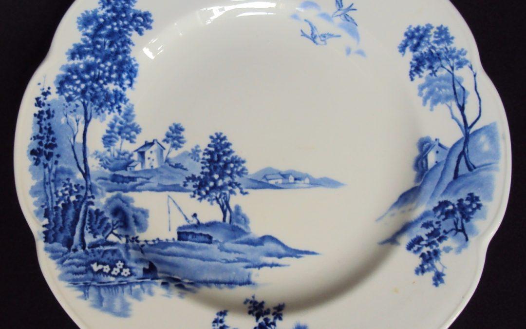 LO 242 – Prato de jantar antigo de louça inglesa Wood & Sons Lakeland com paisagem em azul