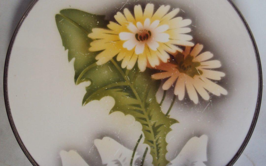 LO 263 – Bandeja antiga em majólica redonda com flores amarelas borda e pés em metal