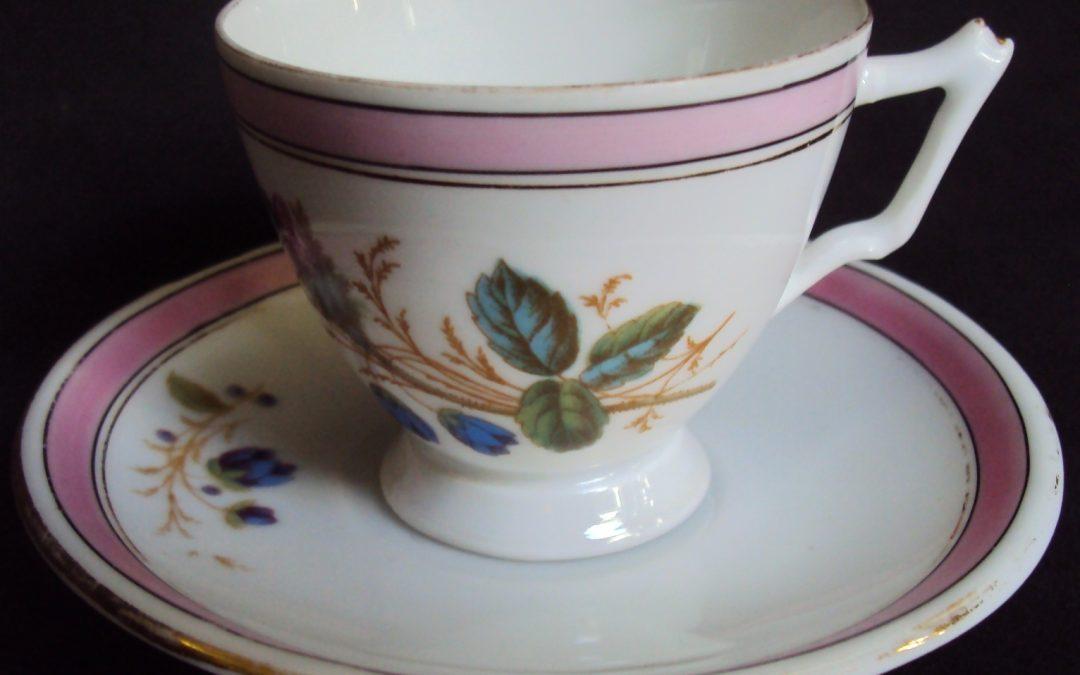 LO 264 – Xícara de cafezinho de porcelana com borda rosa e flores azuis