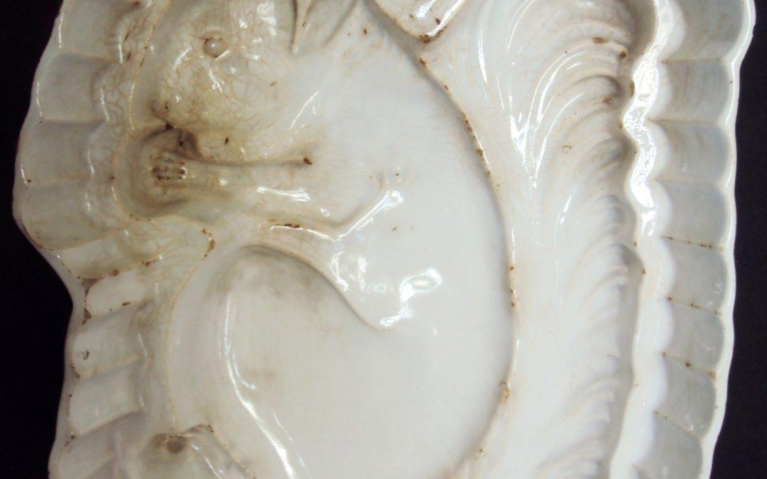 LO 271 – Fôrma antiga de cozinha de porcelana com esquilo rico em detalhes