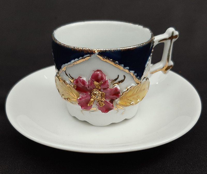 LO 276 – Xícara de cafezinho antiga isabelina em porcelana com flor rosa em relevo