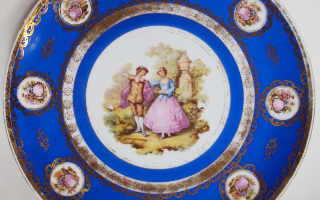 LO 278 – Prato antigo em porcelana Luiz XV anos 60 com casal e borda dourada e azul