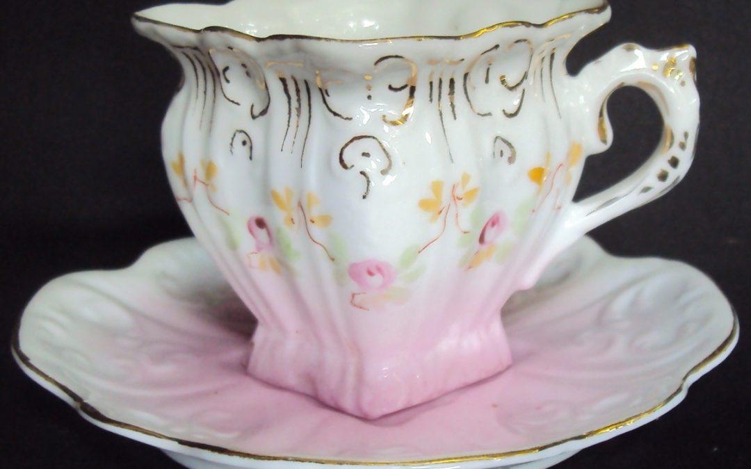LO 287 – Xícara de cafezinho rosa quadrada com detalhes pintados à mão
