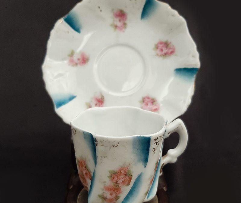 LO 289 – Xícara de cafezinho antiga em porcelana azul canelada com flores