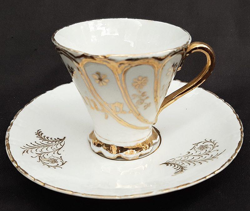 LO 290 – Xícara de cafezinho antiga em porcelana decorada com flores douradas