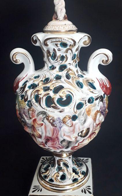LO 291 – Ânfora antiga em porcelana italiana Capodimonte pintada à mão com detalhes vazados