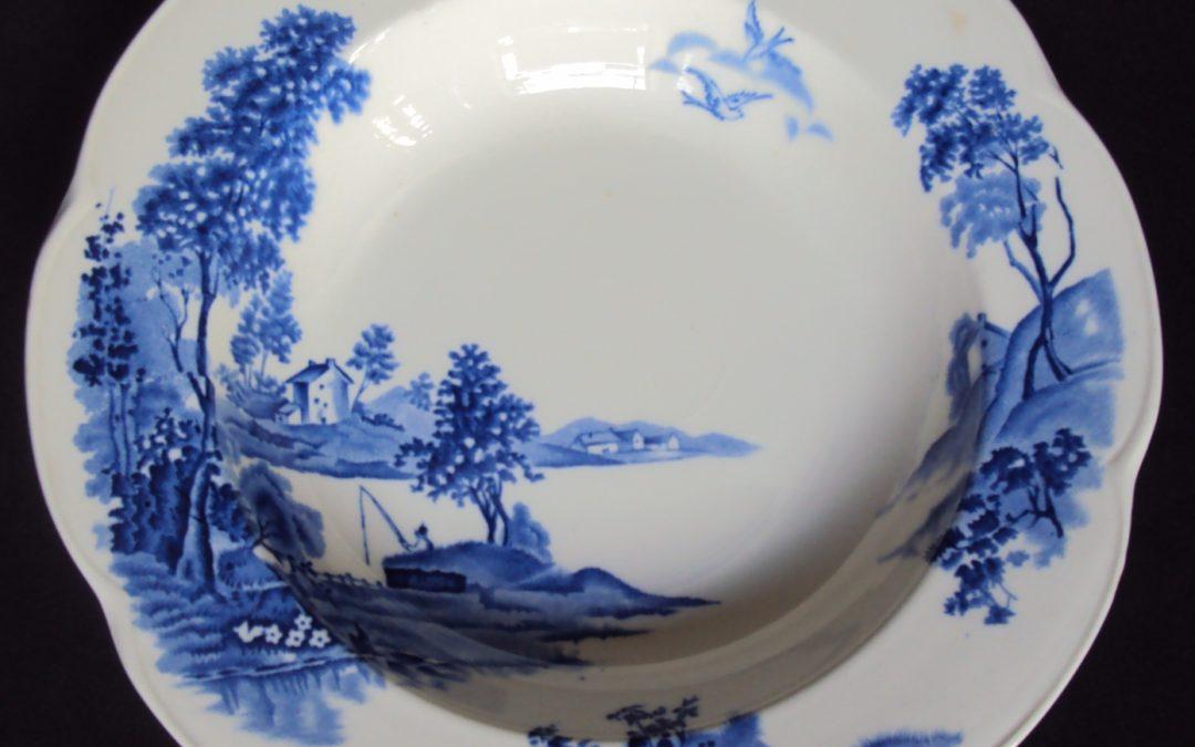 LO 294 – Prato fundo de sopa antigo de louça inglesa Wood & Sons Lakeland com paisagem em azul