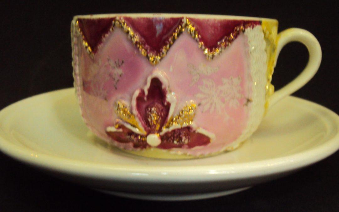 LO 295 – Xícara De Chá ou café Isabelina Rosa E Verde Com Relevos Dourados