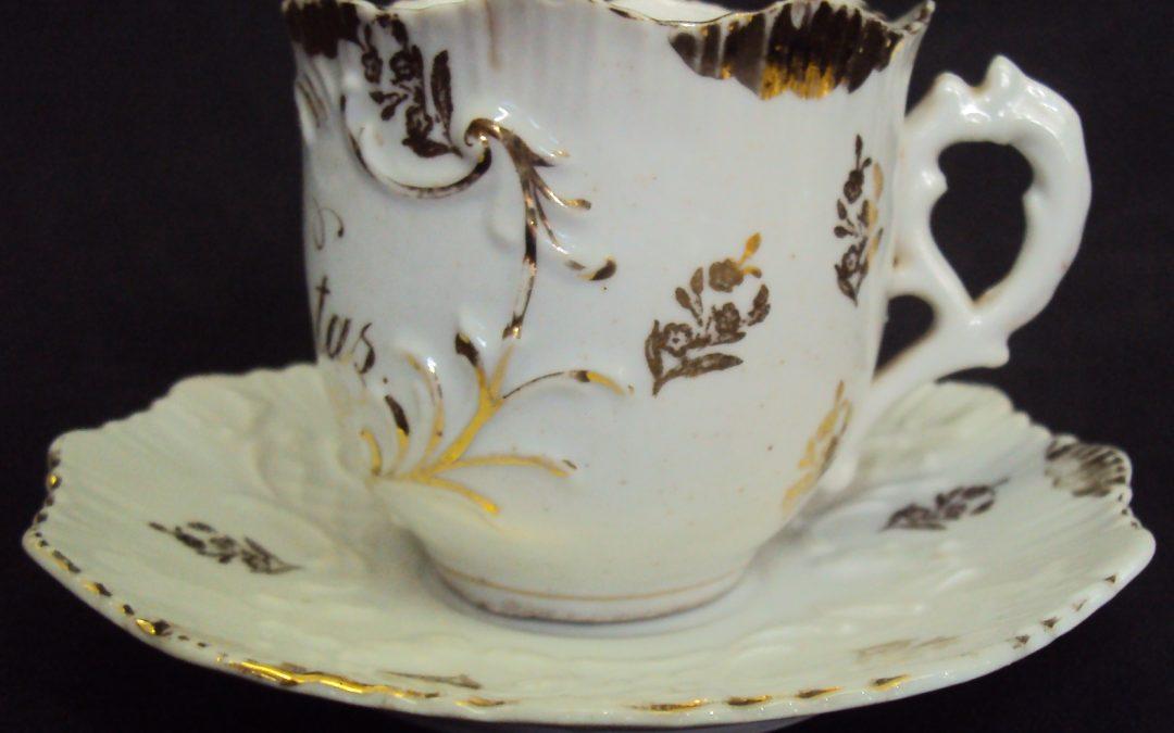 LO 298 – Xícara De Cafezinho Isabelina Boas Festas Branca E Dourada
