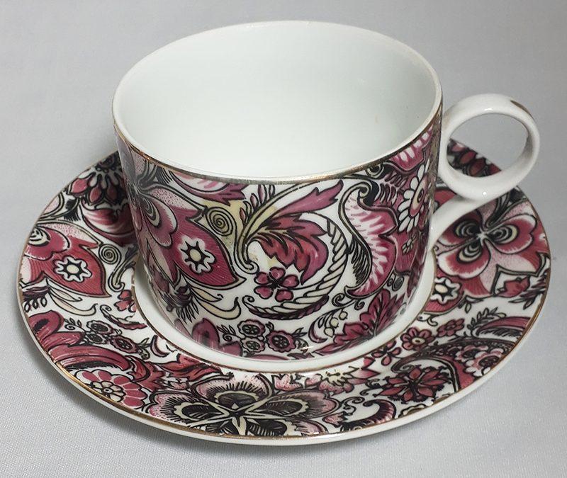 LO 301 – Xícara de café antiga Porcelanarte com flores e desenhos rosados