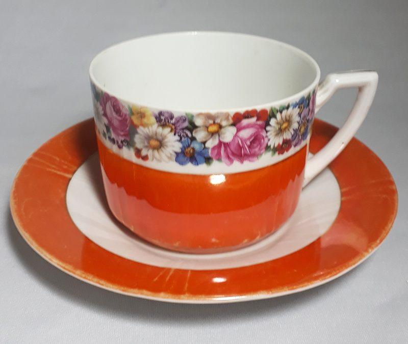 LO 302 – Xícara de chá antiga em porcelana laranja com flores coloridas
