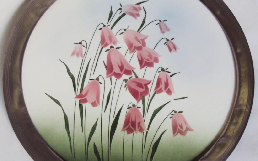 LO 303 – Bandeja antiga em majólica redonda com flores rosas e borda em metal
