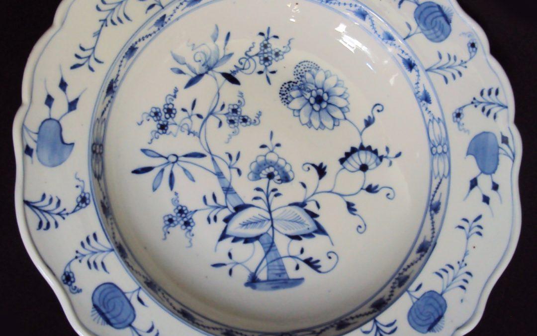 LO 306 – Prato grande em porcelana alemã Meissen decoração cebolinha azul cobalto