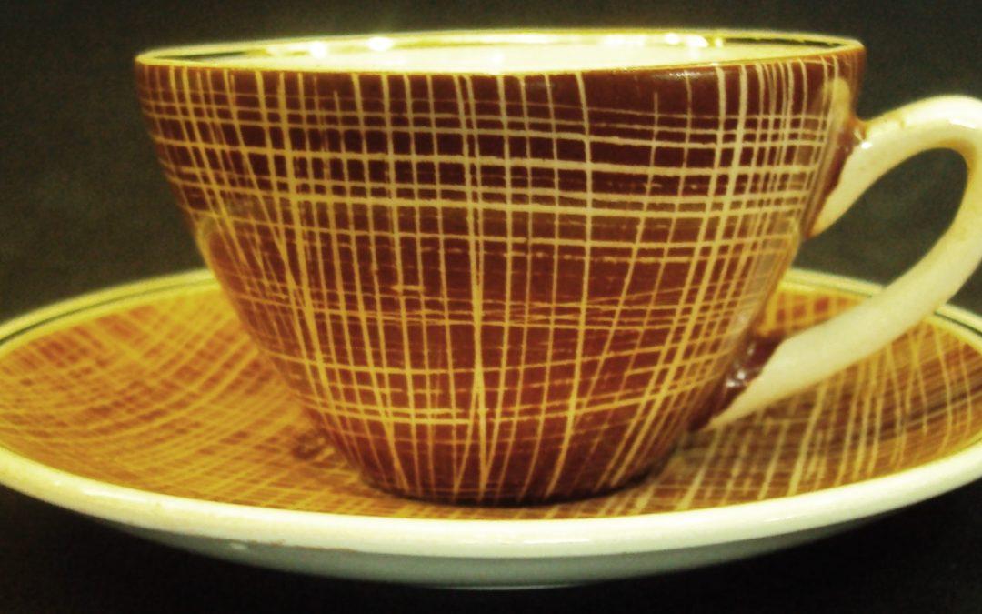 LO 325 – Xícara de cafezinho vermelha com linhas brancas porcelana Conrado Bonádio