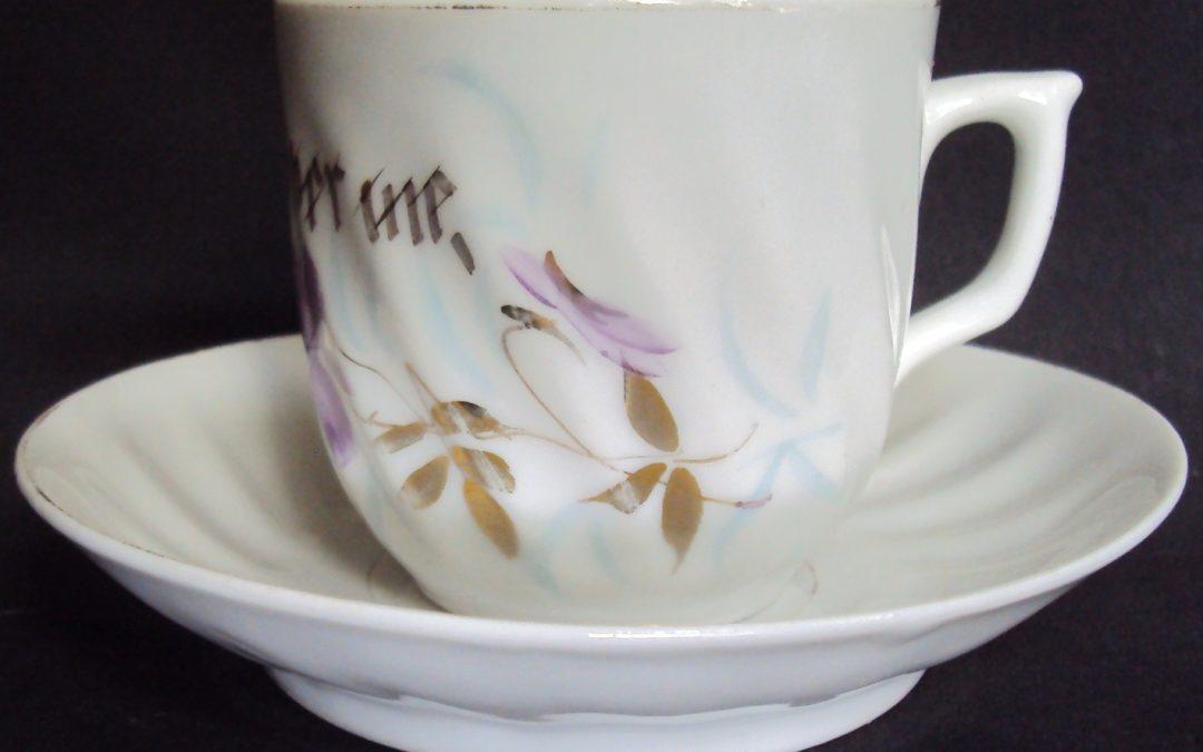 LO 327 – Xícara de chá ou café alemã ondulada com desenhos de flores pintados à mão