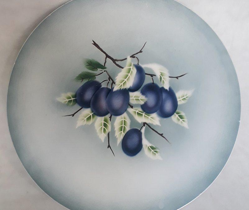 LO 333 – Prato antigo e grande em majólica decorado com frutos azuis e folhas