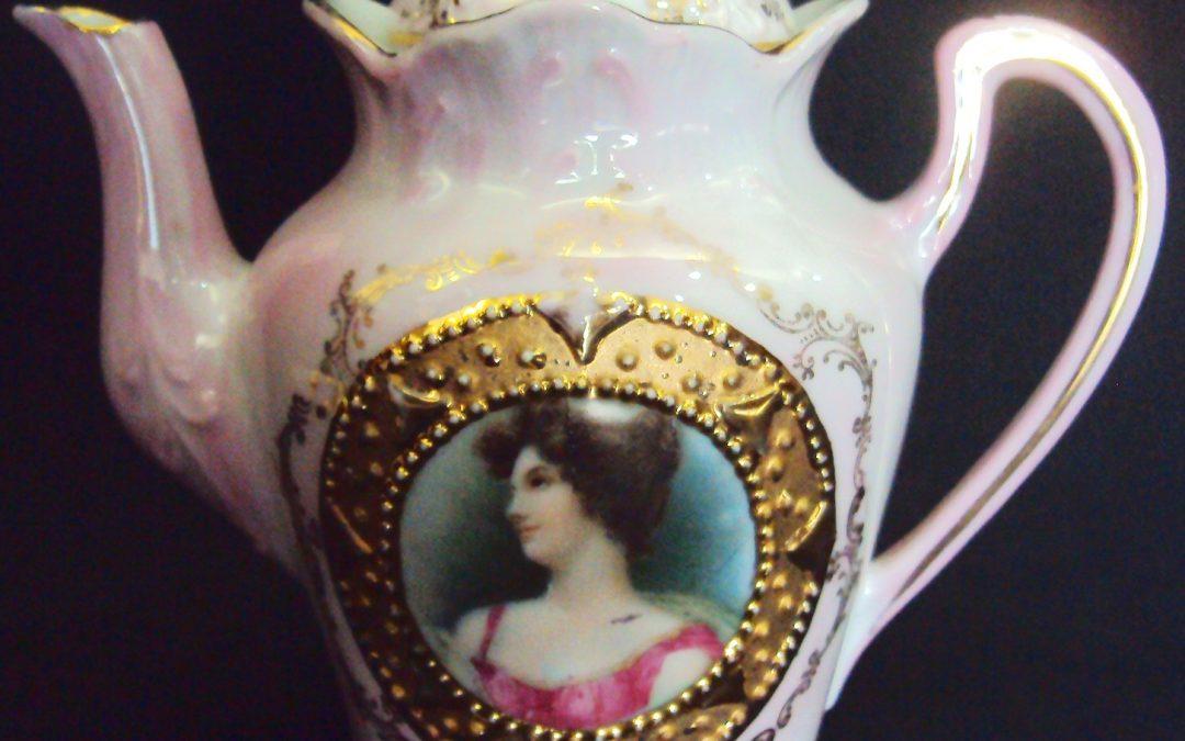 LO 35 – Bule de café isabelino rosa em miniatura decorado com dama e dourados