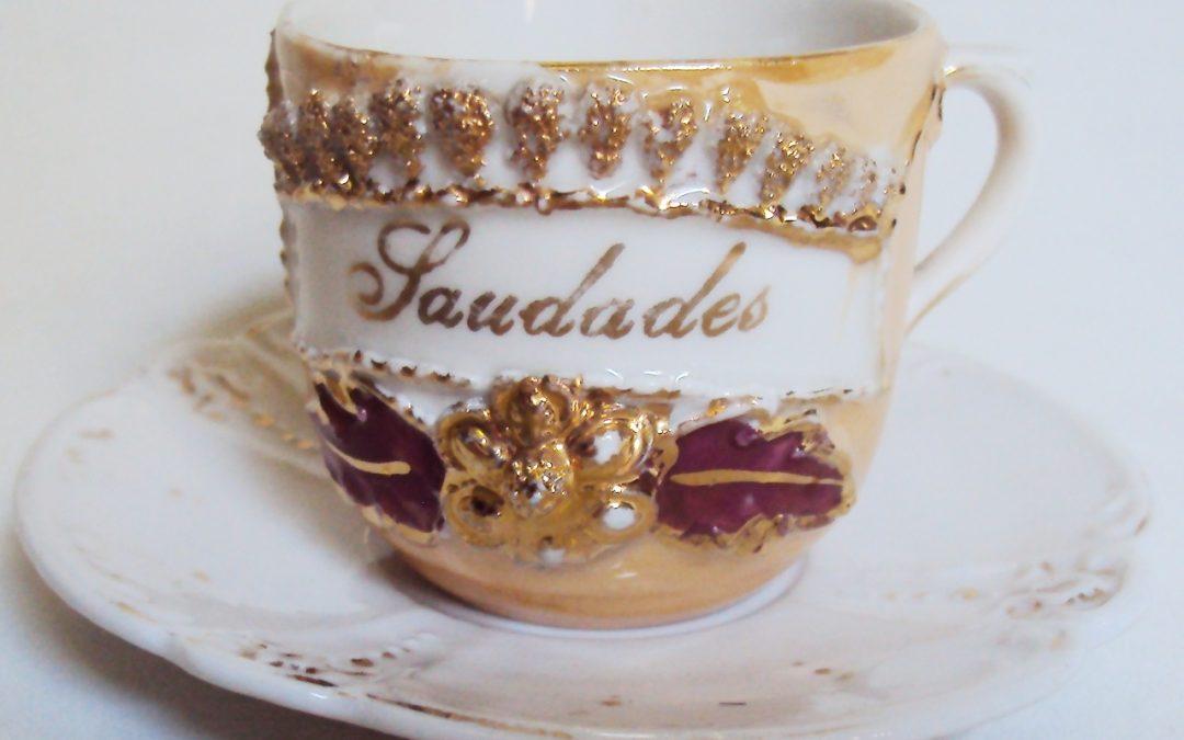 LO 356 – Xícara de cafezinho isabelina em porcelana laranja e dourada com flor – Saudades