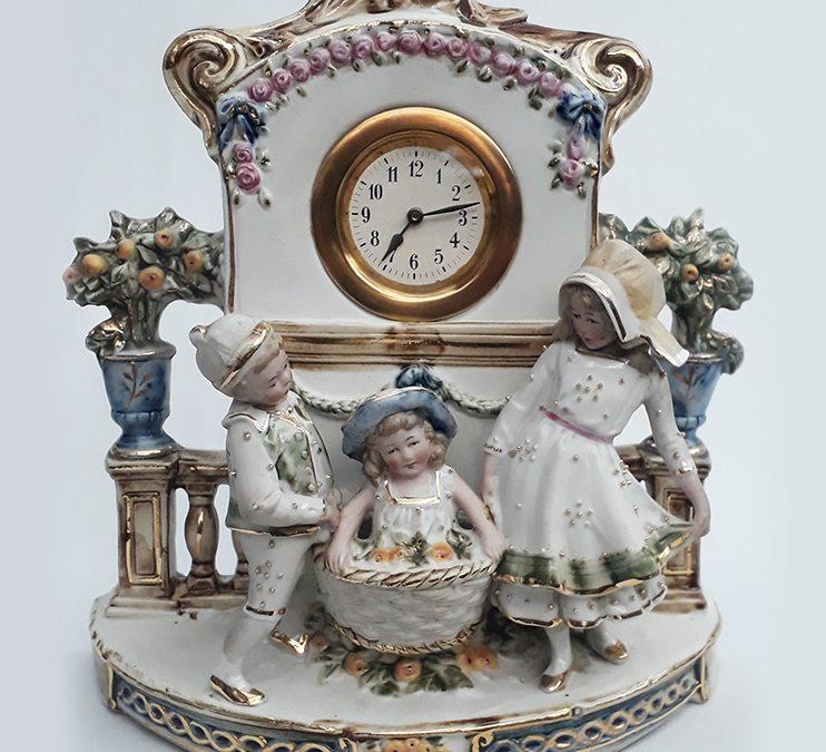 LO 36 – Relógio antigo em biscuit alemão com figuras de crianças e detalhes em dourado