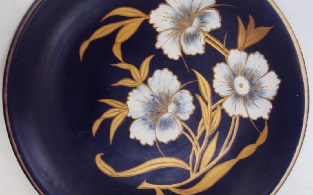 LO 360 – Prato grande de faiança azul cobalto decorado com 3 flores douradas