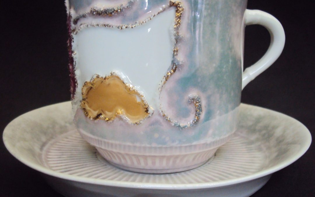 LO 363 – Xícara de chá isabelina azul perolada decorada com relevos coloridos