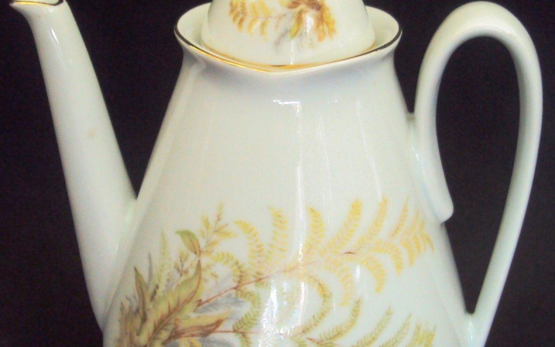 LO 364 – Bule De Chá Decorado Com Folhas Claras Em Porcelana Real