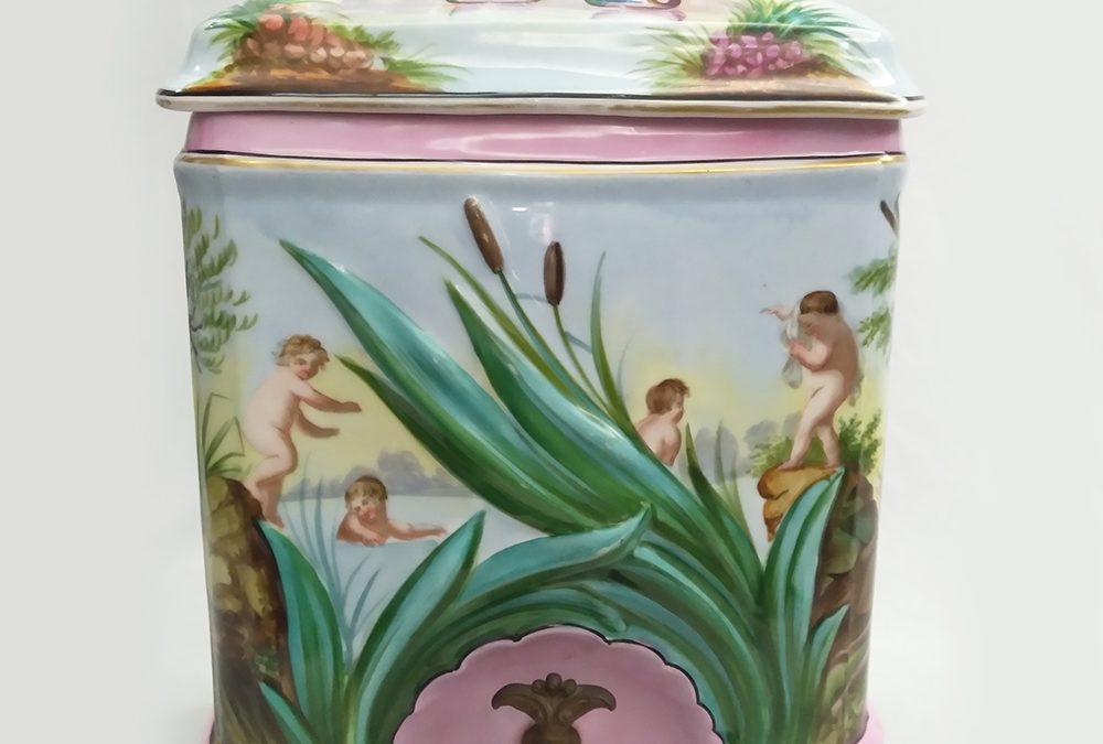 LO 38 – Lavatório ou reservatório de água antigo vitoriano em porcelana pintada à mão ricamente decorado com relevos