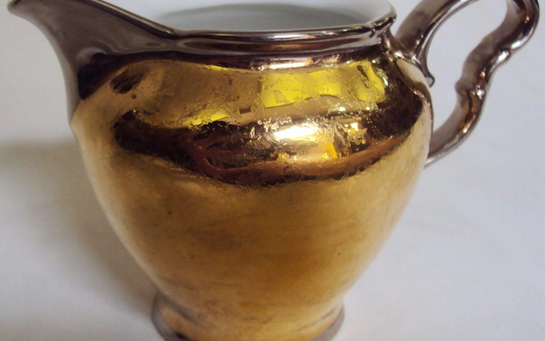 LO 389 – Leiteira dourada de porcelana Condessa com detalhes prateados