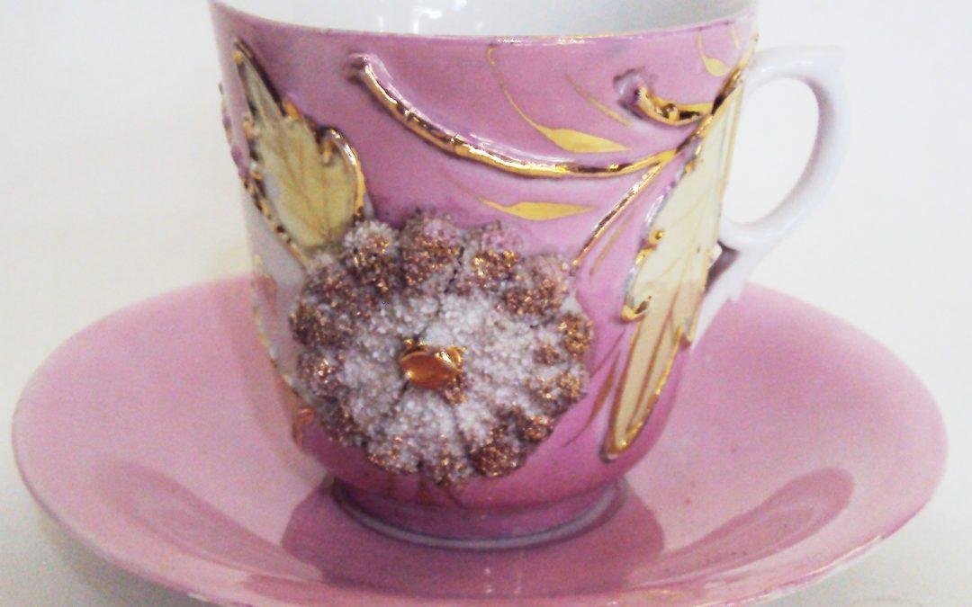 LO 40 – Xícara de chá ou café isabelina rosa Lembrança com grande flor dourada em relevo e folhas
