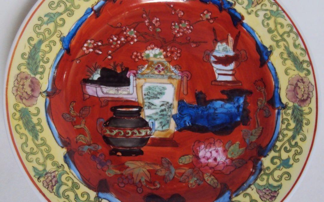 LO 405 – Prato oriental antigo Companhia das Índias vermelho e amarelo decorado com flores, vasos e arabescos