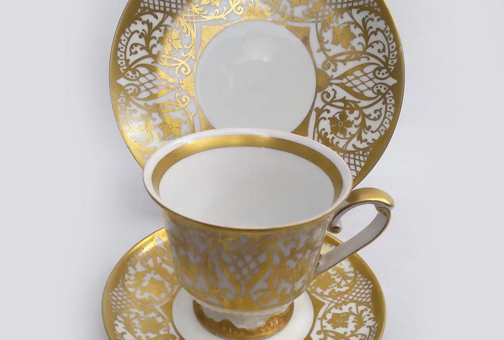 LO 41 – Trio: xícara antiga com prato de pão em porcelana Pátria ricamente decorada com arabescos dourados