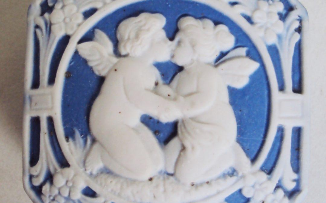 LO 419 – Caixa antiga inglesa em porcelana Wedgwood azul com anjos e flores em relevo