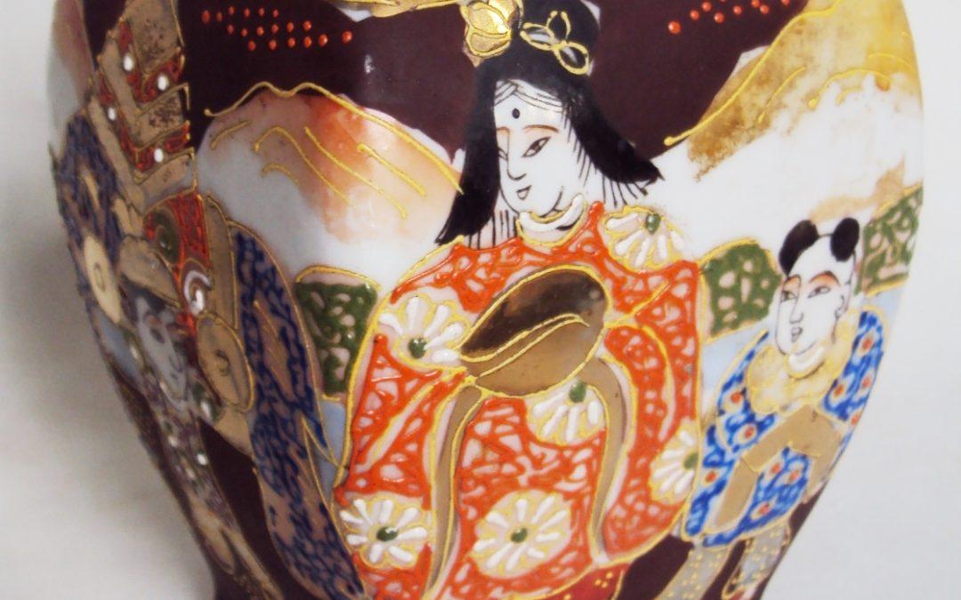 LO 424 – Vaso antigo em porcelana oriental Satzuma pintada à mão com gueixa e dourados