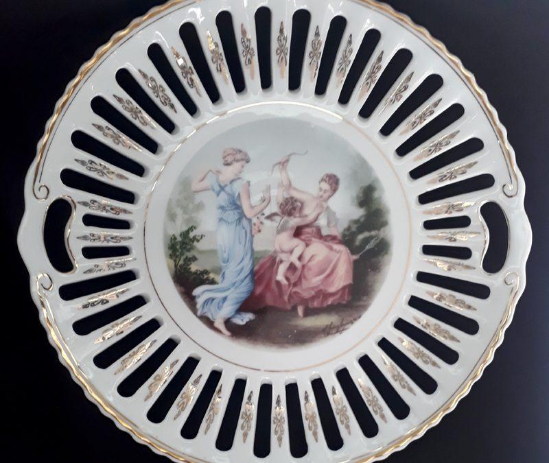 LO 437 – Prato decorativo grande porcelana Schmidt anos 60 borda rendada ou vazada com damas e Cupido