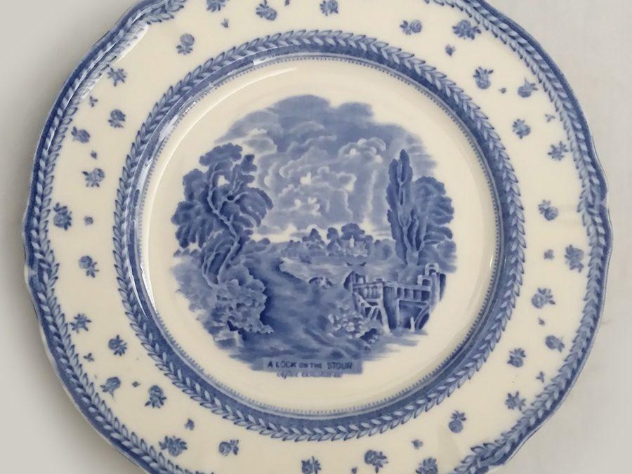 LO 44 – Prato antigo de jantar em louça inglesa Grindley com paisagem rural em azul com flores