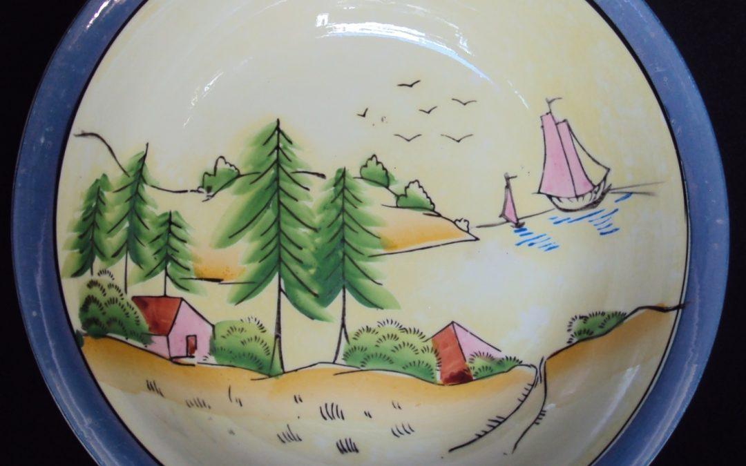LO 454 – Tigela ou saladeira antiga em porcelana oriental com árvores, casas e barcos pintados à mão