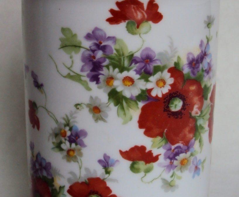 LO 462 – Pote antigo grande anos 50 em porcelana Mauá decorado com flores coloridas e borda dourada