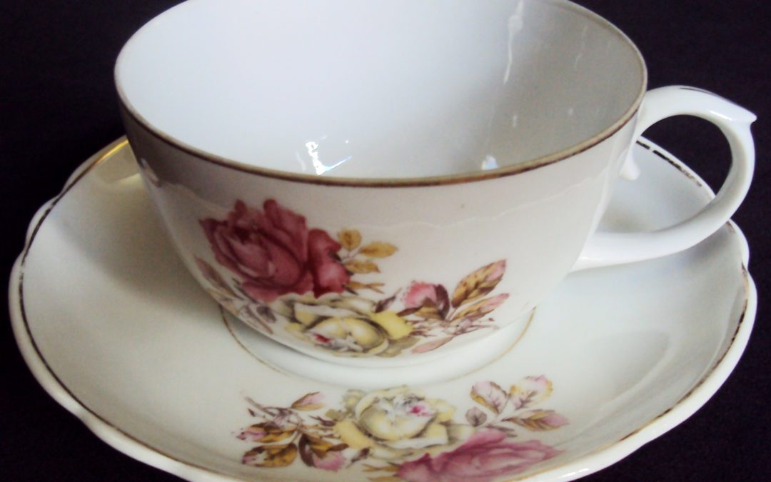 LO 463 – Xícara de chá grande anos 50 de porcelana Real decorada com flores de roseira