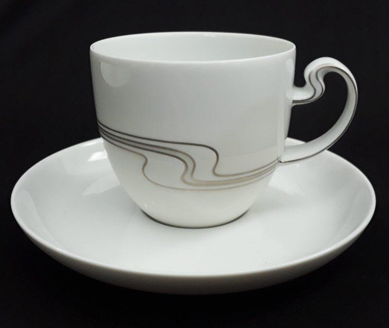 LO 47 – Xícara de chá ou café antiga em porcelana alemã Rosenthal com frisos prateados