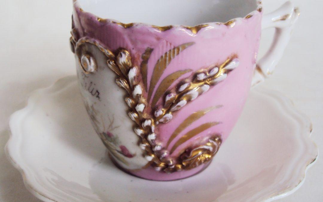 LO 485 – Xícara de cafezinho antiga isabelina rosa com flores e frase Seja feliz