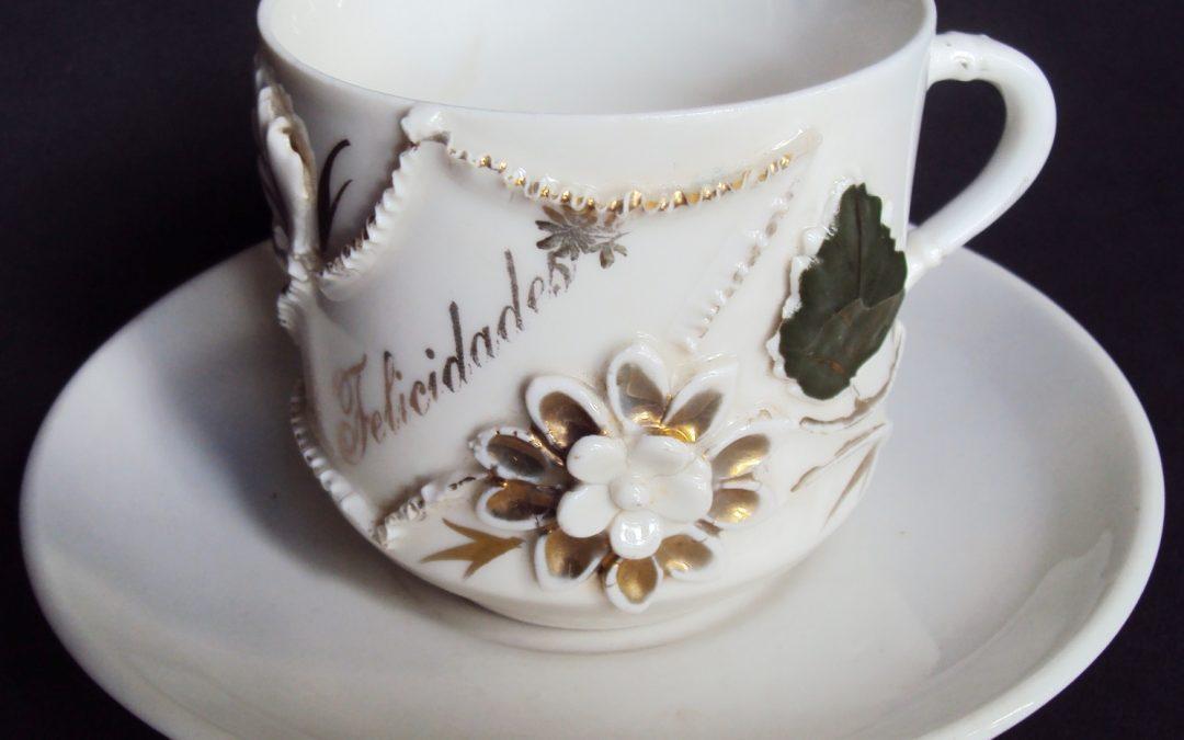 LO 486 – Xícara de chá ou café antiga isabelina grande com flor dourada em relevo Felicidades