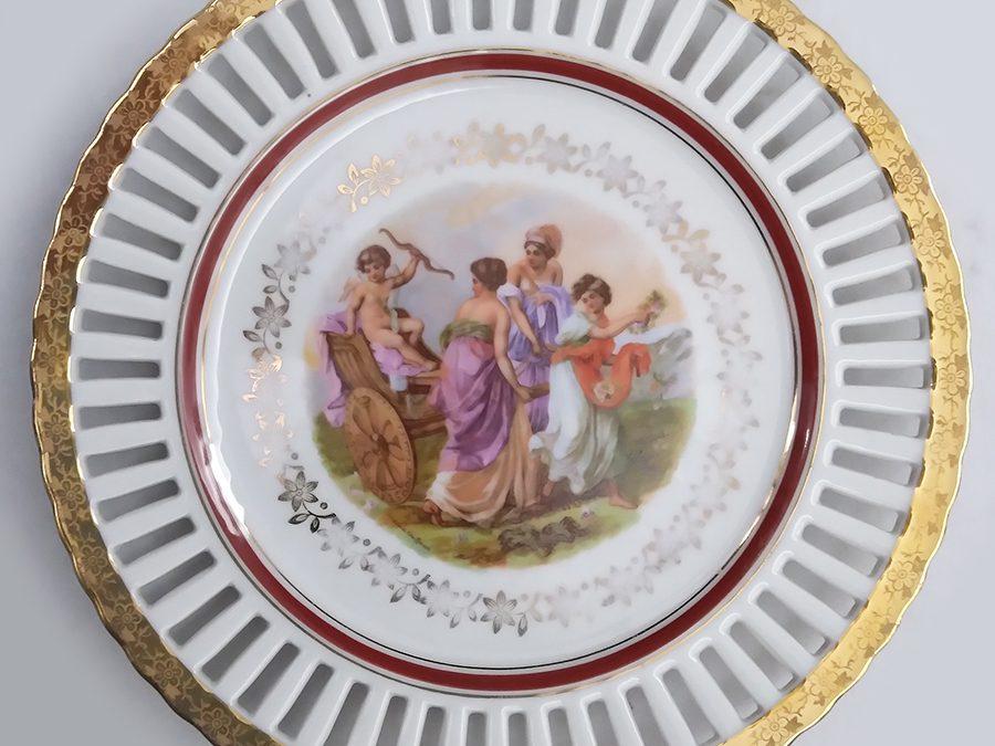 LO 49 – Prato decorativo antigo em porcelana francesa Vierzon com damas e Cupido com borda rendada ou vazada
