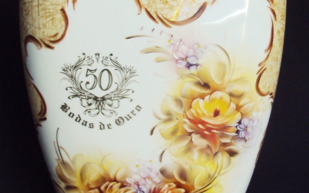 LO 55 – Vaso em porcelana anos 70 Bodas de Ouro com flores coloridas pintadas à mão