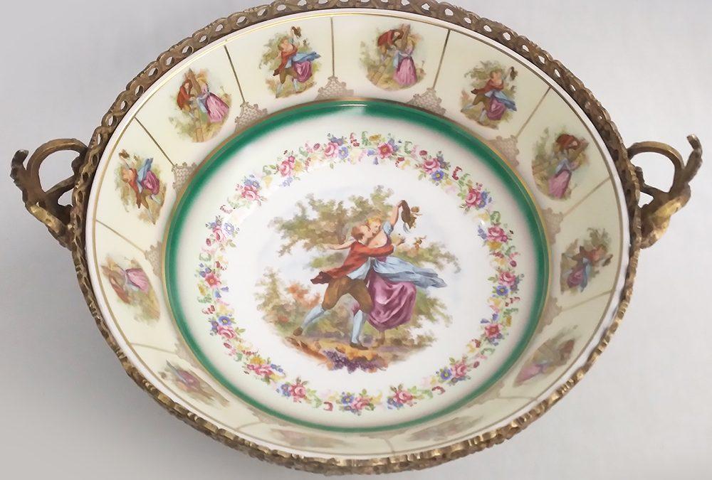 LO 58 – Centro de mesa antigo em porcelana PD 541 com cenas galantes e armação em bronze