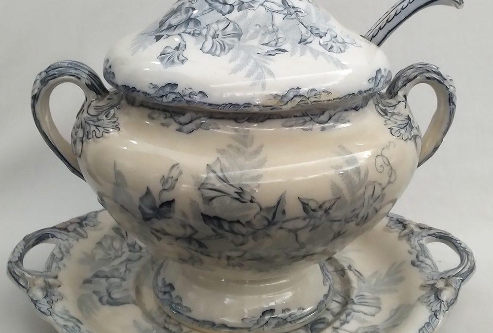 LO 76 – Sopeira antiga com presentoir e concha em louça inglesa Copeland decorada com bolotas de carvalho e flores